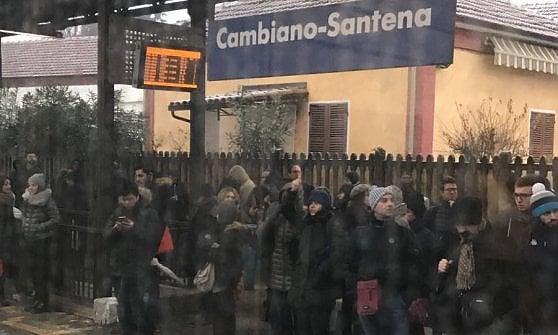 Piemonte, la neve manda in tilt le ferrovie: molti treni cancellati, pendolari bloccati per mancanza di bus navetta
