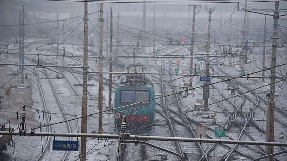 Piemonte, la neve manda in tilt le ferrovie. Trenitalia: rimborso totale per chi è arrivato con più di tre ore di ritardo