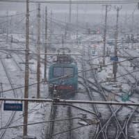 Piemonte, la neve manda in tilt le ferrovie: molti treni cancellati, pendolari bloccati...