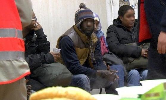 """Neve in Valsusa, un cartello per salvare i migranti diretti in Francia: """"Non valicate i monti, morirete"""""""
