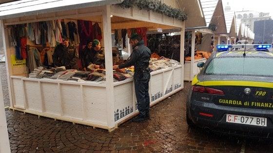 Mercatini di Natale con sorpresa in piazza Castello: sequestrato falso cachemire