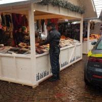 Torino, finto cachemire al mercatino di Natale di piazza Castello: scatta