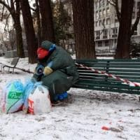 Biella, clochard affitta box per ripararsi dal gelo ma gli altri inquilini lo mandano via