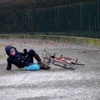 Ivrea, manca il sale per le strade ghiacciate: cadute in serie, decine di