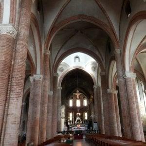 Asti, minaccia e aggredisce l'ex convivente in chiesa: arrestato per stalking e lesioni