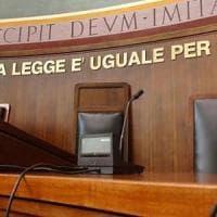 Torino, favorisce i rapporti tra la figlia di 13 anni  e l'amante: mamma
