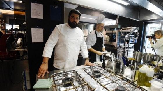 """Cannavacciuolo modifica il menu del """"Bistrot Torino"""": ora accanto ai piatti c'è sempre l'asterisco"""