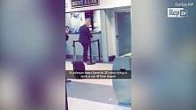 Boris Johnson si infuria per l'attesa all'aeroporto di Caselle