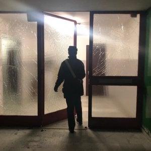 Bomba in un cassonetto per festeggiare Capodanno, saltano i vetri di trenta case