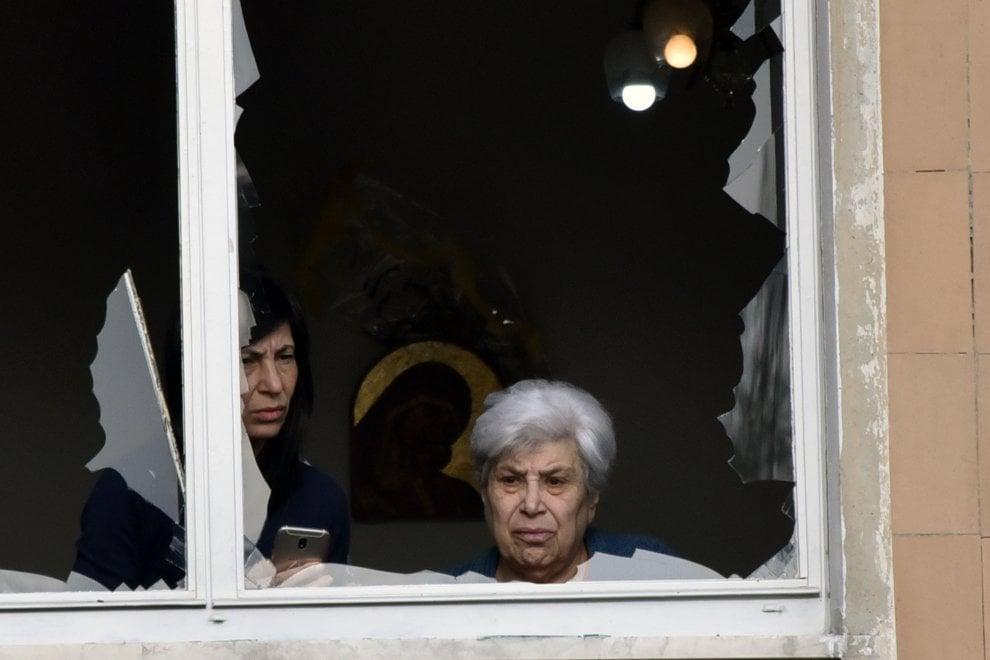 Bomba carta alla Falchera per festeggiare l'anno nuovo, feriti e danni alle abitazioni