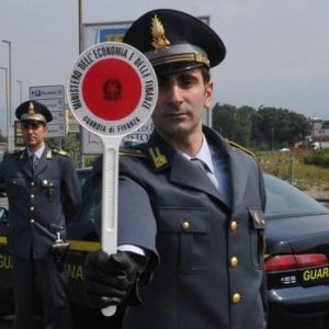Torino, non si ferma all'alt: la Guardia di Finanza lo insegue nelle strade di Lingotto