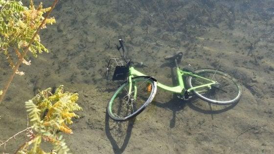 Giochi pericolosi a Torino: le bici del bike sharing gettate dai cavalcaferrovie