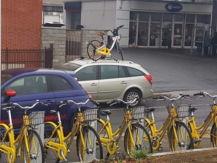 Torino, l'ultima trovata dei burloni: la bici del bike sharing parcheggiata sull'auto