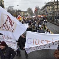La protesta delle maestre blocca il traffico nel centro di Torino