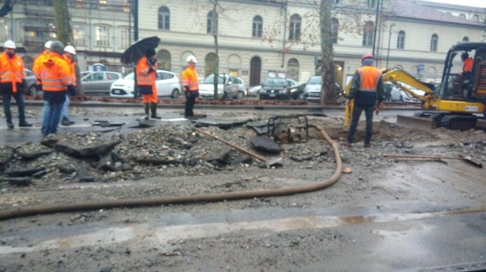 Torino, voragine in Corso Regina blocca la circolazione