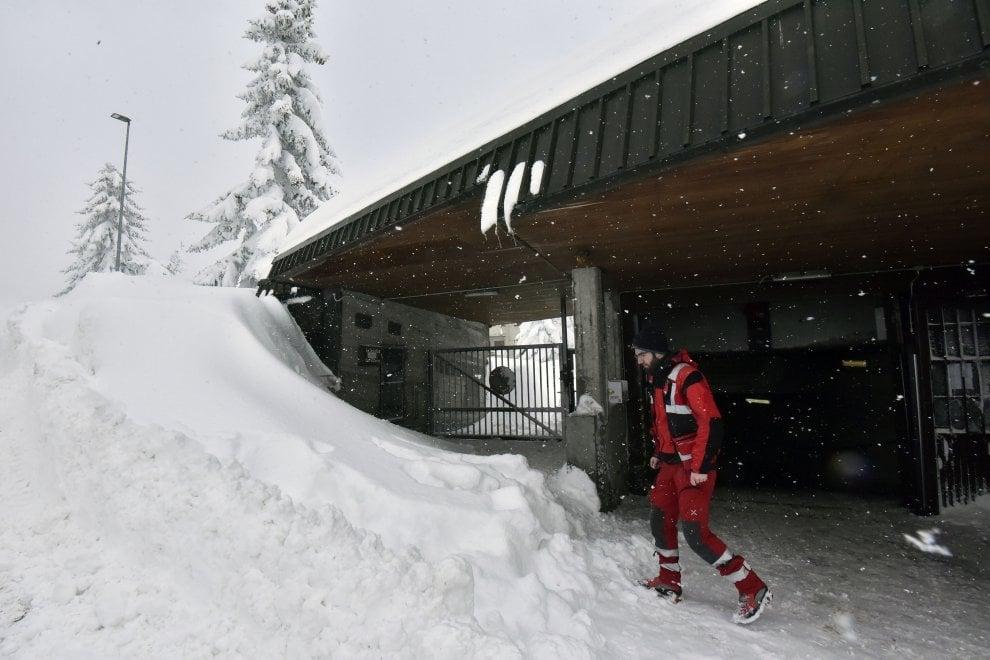 Due metri di neve a Sestriere: strade bloccate dagli alberi abbattuti, danni al villaggio olimpico