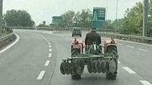 Il trattore in tangenziale rende lo scatto virale