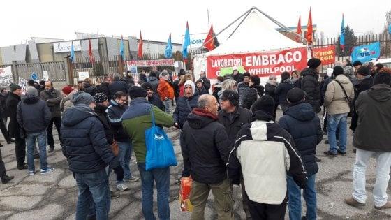 """Riva di Chieri, la Embraco licenzia 497 operai su 537: """"Cessiamo la produzione"""""""