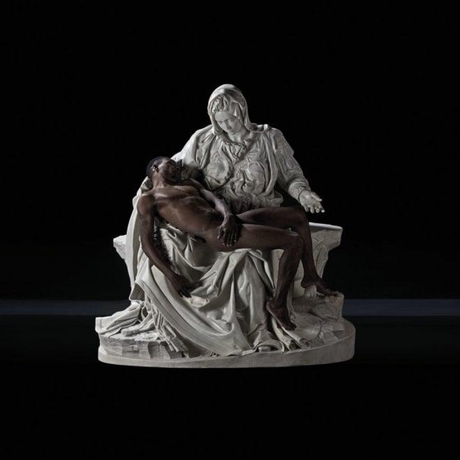 Un migrante in carne e ossa in grembo alla Madonna: la Pietà dello scultore cuneese Viale in mostra a Milano