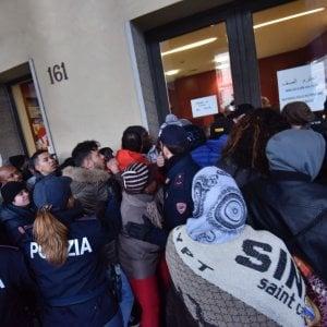 Tafferugli in piazza Castello davanti alla Regione per la distribuzione dei voucher dei buono scuola