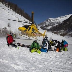Val d'Aosta, sciatore precipita in un crepaccio durante una gita in eliski, salvato