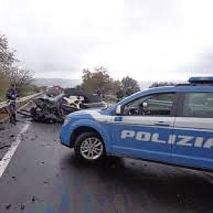 Asti, uomo di 36 anni si schianta con l'auto a forte velocità contro un albero