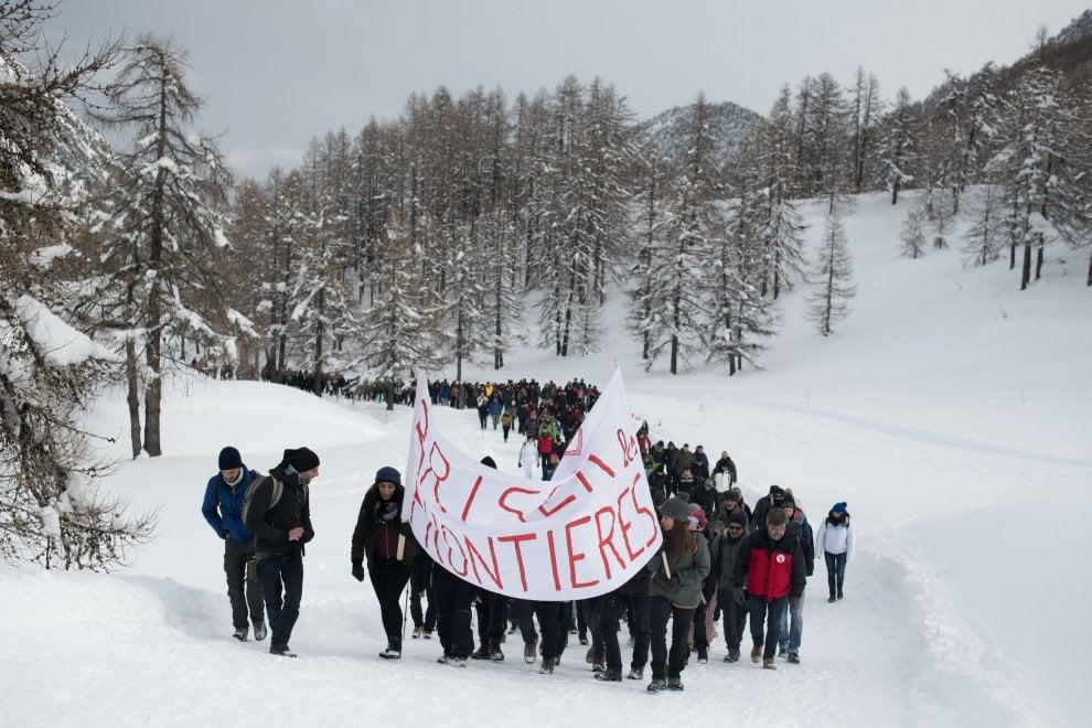 """Italia-Francia, corteo nella neve sui sentieri dei migranti """"per spezzare le frontiere"""""""
