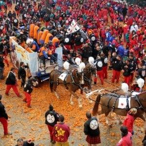 Il Carnevale di Ivrea, a numero chiuso, il sabato sera per ragioni di sicurezza