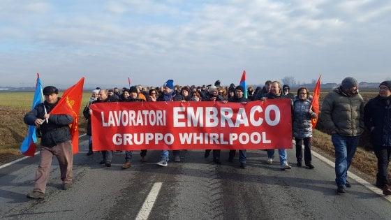 Embraco, fumata nera dall'incontro con i sindacati a Torino: stop alla produzione in Italia, via ai 500 licenziamenti