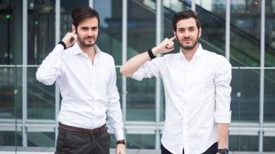 Torino, ecco l'invenzione per parlare al cellulare con un dito: basta un braccialetto