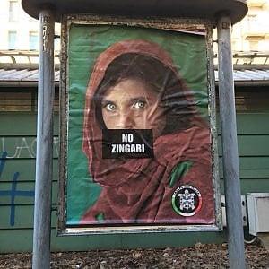 """Torino, manifesto con """"No zingari"""" sulla foto della ragazza di Mc Curry. Firmato Casapound. E' giallo"""