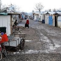 Torino, sassi dal cavalcavia: blitz al campo nomadi