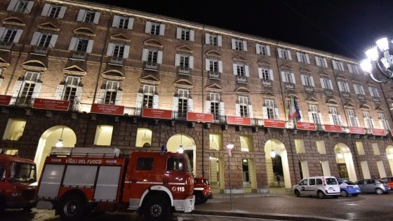 Torino: crolla un pezzo della scenografia della Turandot al Regio, due coristi feriti