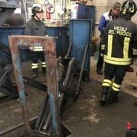 Rivoli, operaio marocchino schiacciato dal ponte sollevatore: tre vertebre