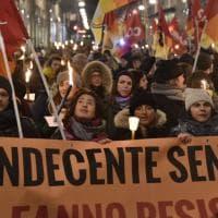 """Torino, centinaia di maestre in piazza contro la sentenza che le """"licenzia"""" dopo anni di insegnamento"""