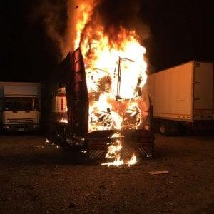 Giostra in fiamme alla Pellerina, distrutto anche un rimorchio