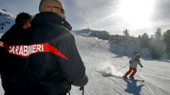 Incidenti in montagna, Sestriere: sciatore sbatte su barriera della pista, morto