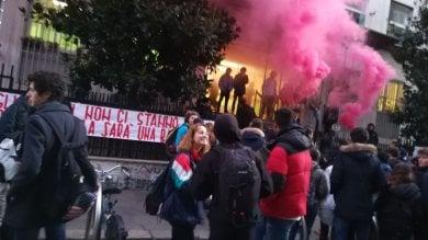 """Torino, protestano gli studenti del liceo Gobetti: """"La scuola cade a pezzi"""" /   Foto"""