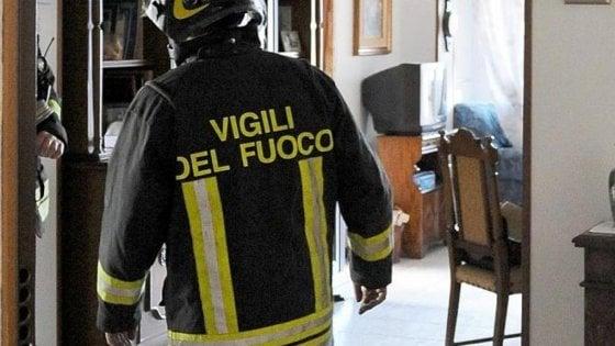Torino, donna incastrata sotto il divano per recuperare il cellulare: per liberarla arrivano i vigili del fuoco