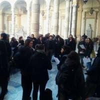 Torino, protesta in rettorato: tagliate i costi degli esami per diventare