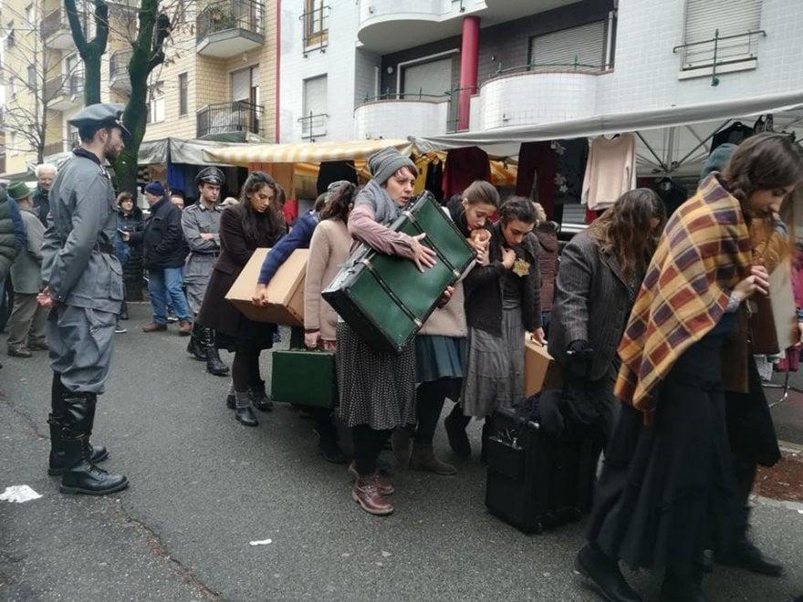 Venaria, la Shoah tra i banchi del mercato: rievocazione shock per il Giorno della Memoria