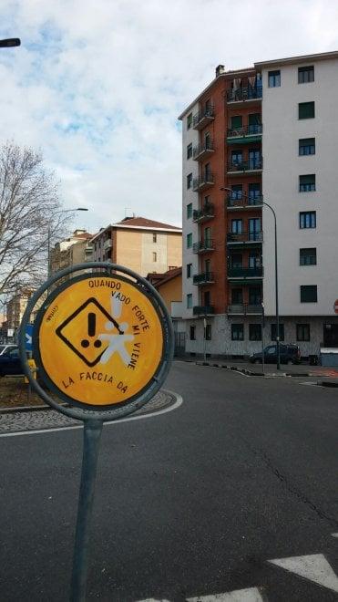 "Cartelli ""fai da te"" a Torino: ""Chi va troppo veloce è una faccia da..."""