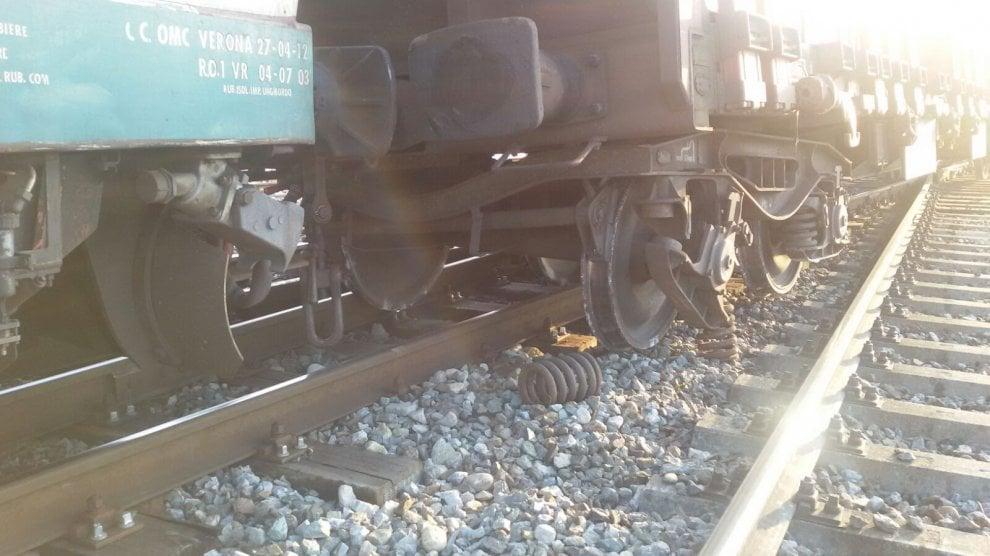 Cuneo, treno merci deraglia vicino alla stazione