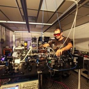 """L'orologio atomico dà ragione ad Einstein: a Torino il tempo è più """"lento"""" che al Fréjus"""