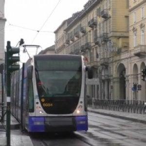Sorpreso senza biglietti sul tram 4 prende a testate e pugni i controllori