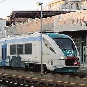 Camion abbatte un passaggio a livello: stop ai treni sulla Ivrea-Chivasso
