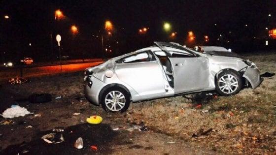 Torino: auto si ribalta in corso Unità d'Italia, grave un giovane