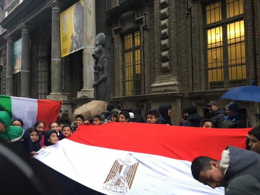 Torino, i bambini di lingua araba cantano l'inno di Mameli davanti all'Egizio