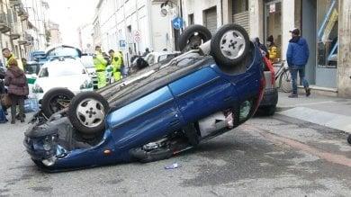 Rocambolesco inseguimento per le vie di Torino: Punto si ribalta, ladro fugge sui tetti