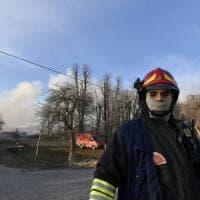 Torino, vasto incendio in una ditta di smaltimento rifiuti